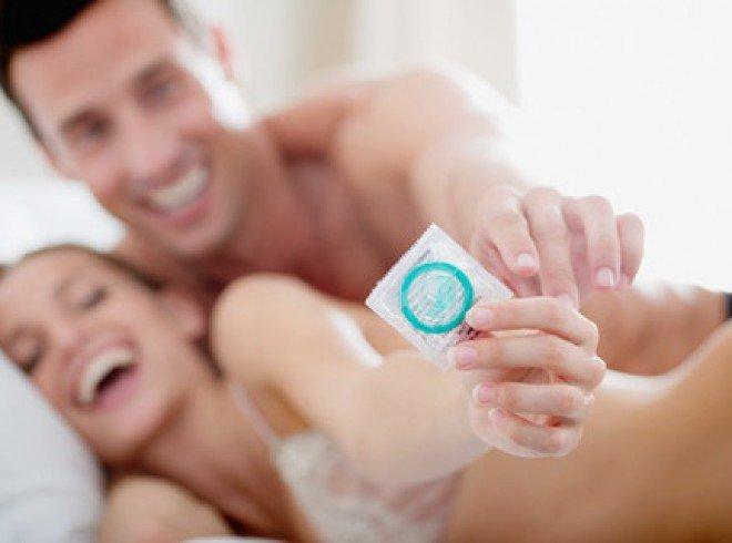 Молодая пара с презервативом