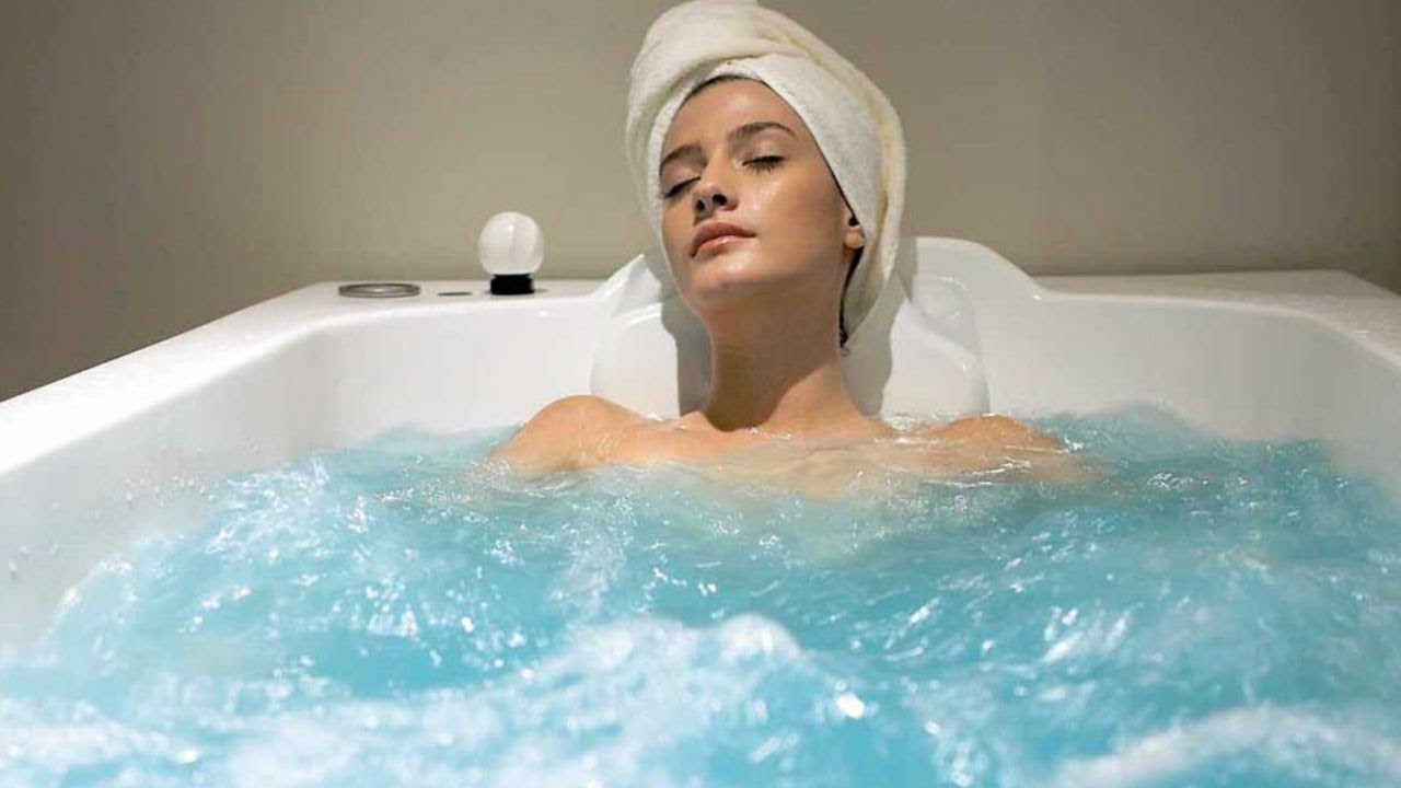 Девушка в горячей ванне